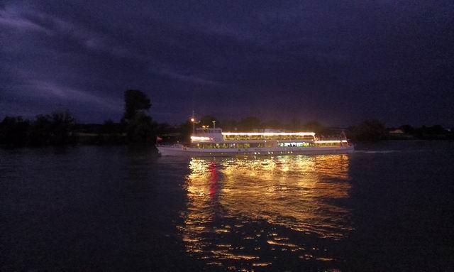 Kivilágított hajó